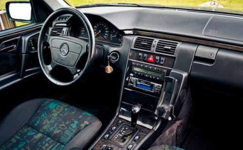 mercedes benz classe e w210 berlina station wagon limousine seconda serie generazione modello vecchio nuovo new quanto costa quanto consuma come va consumi reali germania fine produzione haldex avantgarde brabus limited edition grand final 10 amg kompressor premium epc esp webasto lifting service reset cilindrata motorizzazioni e200 cdi e220 e240 e250 e270 e280 e290 e300 e320 e420 e430 e50 e55 amg 2.3 3.2 3.7 4.3 5.0 5.5 2.7 4.0 m111e20 m111e23 m112e24 m112e26 m104e28 m112e28 m104e32 m112e32 m119e42 m113e43 m119e50amg m113e55 om604d20 om611de22la om604d22 om605d25 om647de27 om606d30 om612de27la om628de40la 4matic 722.6 del 1995 1996 1997 1998 1999 2000 2001 2002 2003 restyling facelift design menu nascosto anno model year problemi valutazione valore usato usata vendita versione seconda mano comprare pregi difetti affidabilità acquisto incidentata carrozzeria paraurti luci fari fanali specchietti vetri portiere ruote gomme cerchi cerchioni motore meglio diesel benzina turbo biturbo twinturbo triturbo bi-fuel gas gpl metano gasolio consumi di olio bluetooth start stop ricarica booster doppia batteria remota scarica pila trazione anteriore posteriore integrale elettrica ecu obd2 diagnostica percorrenza autonomia allestimento testata guarnizione cilindri pistoni pompa olio acqua infiltrazione modalità avaria iniettori fumo bianco blu azzuro grigio nero interni plancia volante radio multimedia infotainment jack aux cd changer yatour novitec usb sedili riscaldati spazio pulsanti minigonne tetto apribile bagagliaio baule prezzi riparazioni rumori scatola trasmissione ripartitore di coppia cremagliera sterzo sospensioni pneumatiche idrauliche adattive configuratore codding blocco differenziale riduttore cardano semiasse scarico fusibile elettronica cambio manuale automatico robotizzato variatore lavaggio solenoidi blocco idraulico convertitore di coppia meccatronica distribuzione servizi catena cinghia tenditore elaborazioni spie quadro doppia frizione multidisco rumore vol