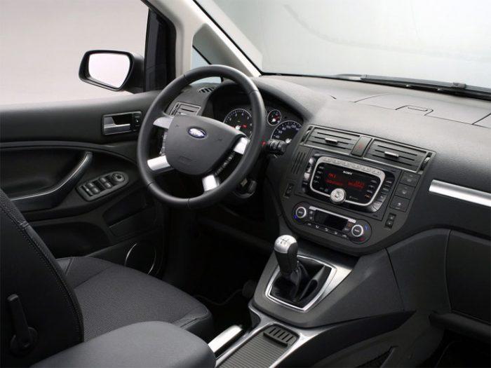 in questa foto si vede l'abitacolo della Ford C-Max con il volante, l'autoradio, i sedili e la plancia/cruscotto