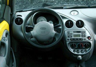 in questa foto si vede l'abitacolo della Ford Ka con il volante, l'autoradio, i sedili e la plancia/cruscotto