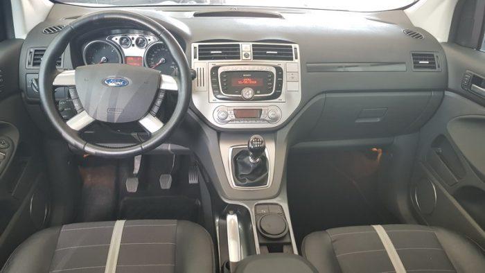 in questa foto si vede l'abitacolo della Ford Kuga con il volante, l'autoradio, i sedili e la plancia/cruscotto