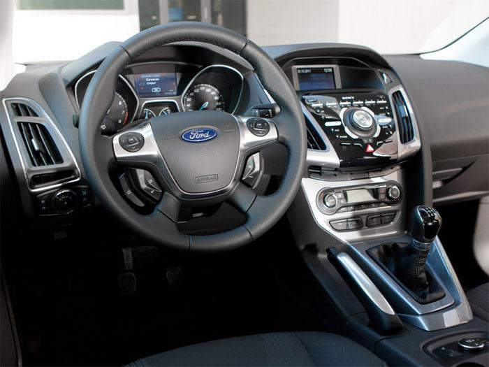 in questa foto si vede l'abitacolo della Ford Focus 3 con il volante, l'autoradio, i sedili e la plancia/cruscotto