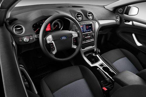 in questa foto si vede l'abitacolo della Ford Mondeo 4 con il volante, l'autoradio, i sedili e la plancia/cruscotto