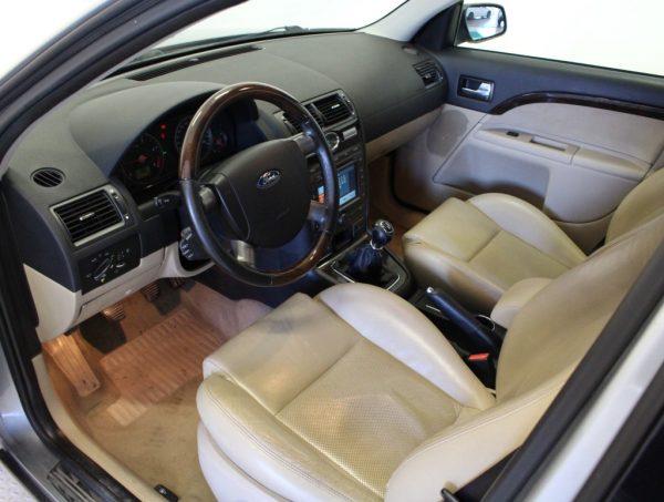 in questa foto si vede l'abitacolo della Ford Mondeo 3 con il volante, l'autoradio, i sedili e la plancia/cruscotto