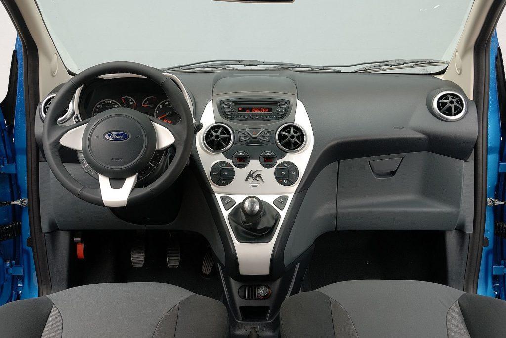 in questa foto si vede l'abitacolo della Ford Ka 2 con il volante, l'autoradio, i sedili e la plancia/cruscotto