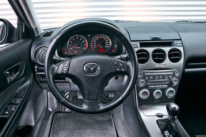 in questa foto si vede l'abitacolo della Mazda 6 GG con il volante, l'autoradio, i sedili e la plancia/cruscotto