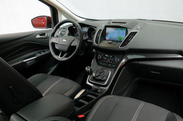 in questa foto si vede l'abitacolo della Ford C-Max 2 II con il volante, l'autoradio, i sedili e la plancia/cruscotto