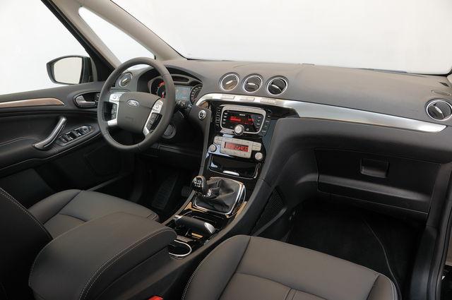 in questa foto si vede l'abitacolo della Ford S-Max con il volante, l'autoradio, i sedili e la plancia/cruscotto