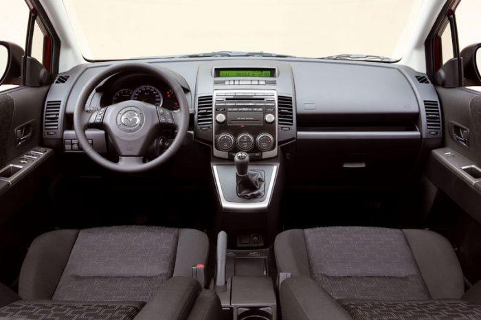 in questa foto si vede l'abitacolo della Mazda 5 CR con il volante, l'autoradio, i sedili e la plancia/cruscotto