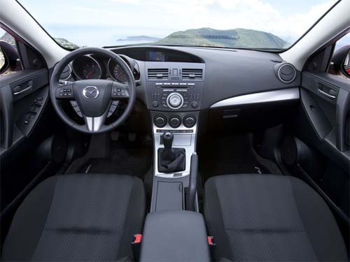 in questa foto si vede l'abitacolo della Mazda 3 II BL con il volante, l'autoradio, i sedili e la plancia/cruscotto