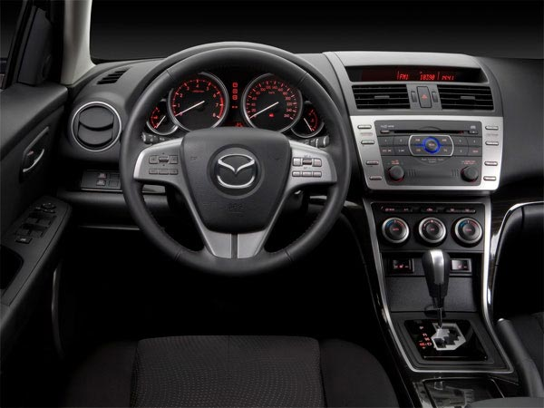in questa foto si vede l'abitacolo della Mazda 6 BH II con il volante, l'autoradio, i sedili e la plancia/cruscotto