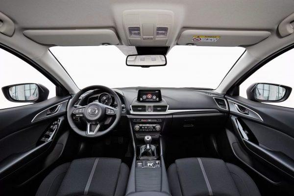 in questa foto si vede l'abitacolo della Mazda 3 BM BN III con il volante, l'autoradio, i sedili e la plancia/cruscotto