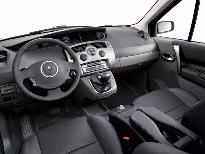 in questa foto si vede l'abitacolo della Renault Scenic 2 II con il volante, l'autoradio, i sedili e la plancia/cruscotto