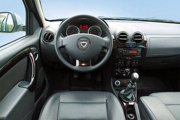 in questa foto si vede l'abitacolo della Dacia Duster con il volante, l'autoradio, i sedili e la plancia/cruscotto