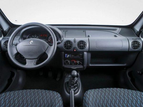in questa foto si vede l'abitacolo della Renault Kangoo con il volante, l'autoradio, i sedili e la plancia/cruscotto