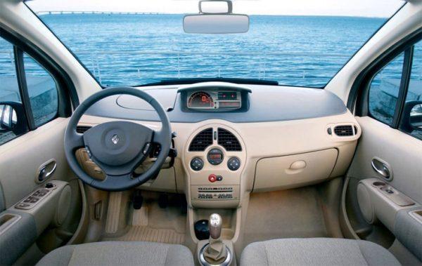 in questa foto si vede l'abitacolo della Renault Modus con il volante, l'autoradio, i sedili e la plancia/cruscotto