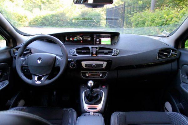 in questa foto si vede l'abitacolo della Renault Scenic 3 III con il volante, l'autoradio, i sedili e la plancia/cruscotto
