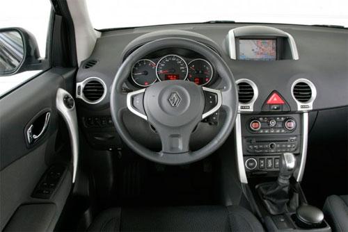 in questa foto si vede l'abitacolo della Renault Koleos con il volante, l'autoradio, i sedili e la plancia/cruscotto