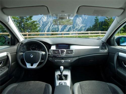 in questa foto si vede l'abitacolo della Renault Laguna 3 III con il volante, l'autoradio, i sedili e la plancia/cruscotto