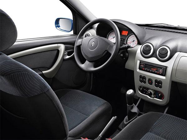 in questa foto si vede l'abitacolo della Dacia Sandero con il volante, l'autoradio, i sedili e la plancia/cruscotto