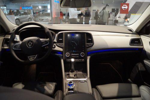 in questa foto si vede l'abitacolo della Renault Talisman con il volante, l'autoradio, i sedili e la plancia/cruscotto