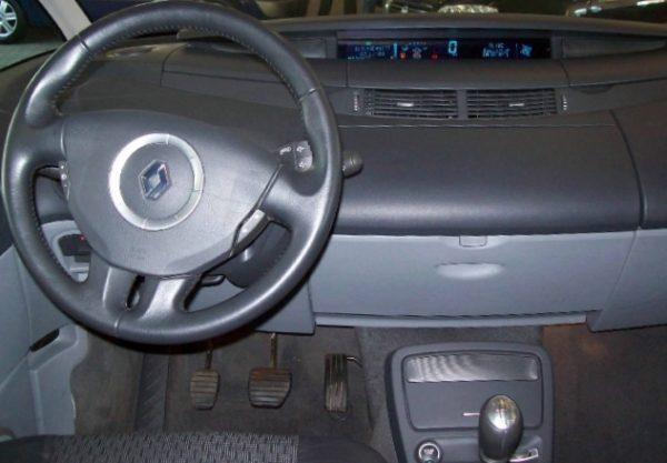 in questa foto si vede l'abitacolo della Renault Espace Iv 4 con il volante, l'autoradio, i sedili e la plancia/cruscotto