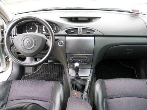 in questa foto si vede l'abitacolo della Renault Laguna 2 II con il volante, l'autoradio, i sedili e la plancia/cruscotto