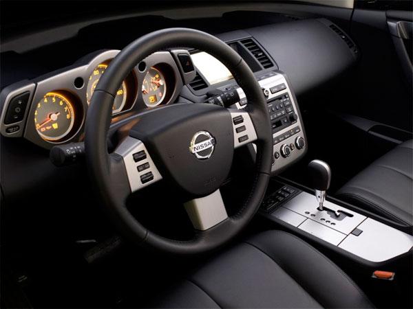 in questa foto si vede l'abitacolo della Nissan Murano con il volante, l'autoradio, i sedili e la plancia/cruscotto