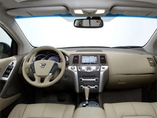 in questa foto si vede l'abitacolo della Nissan Murano II con il volante, l'autoradio, i sedili e la plancia/cruscotto