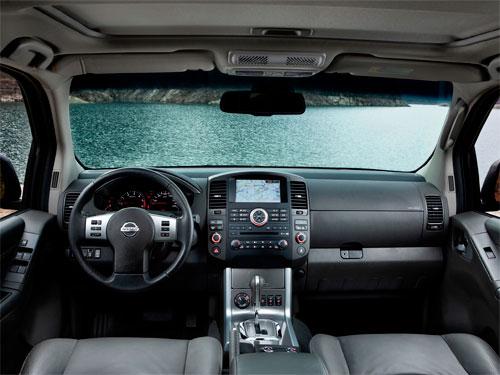 in questa foto si vede l'abitacolo della Nissan Pathfinder III con il volante, l'autoradio, i sedili e la plancia/cruscotto