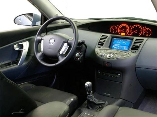 in questa foto si vede l'abitacolo della Nissan Primera 3 III con il volante, l'autoradio, i sedili e la plancia/cruscotto