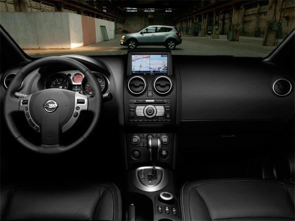 in questa foto si vede l'abitacolo della Nissan Qashqai con il volante, l'autoradio, i sedili e la plancia/cruscotto