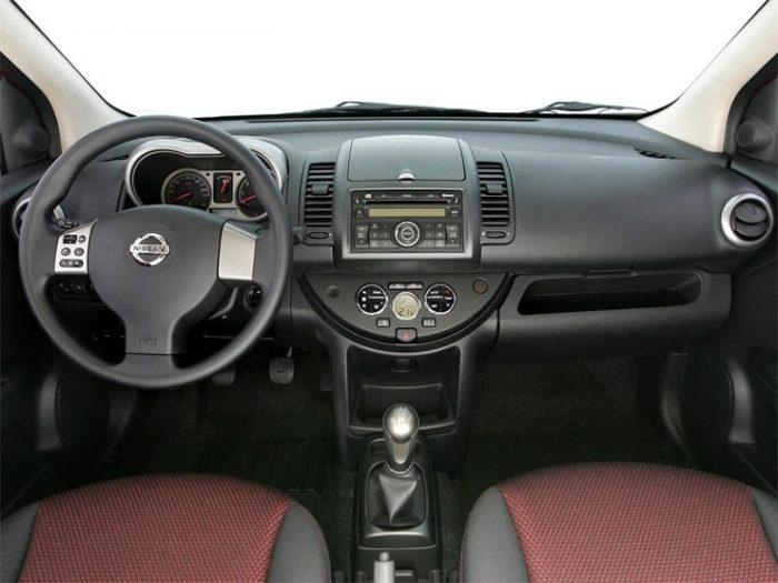 in questa foto si vede l'abitacolo della Nissan Note con il volante, l'autoradio, i sedili e la plancia/cruscotto