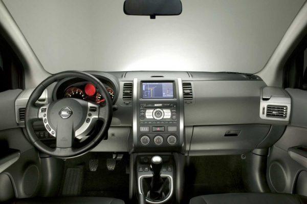 in questa foto si vede l'abitacolo della Nissan X-Trail 2 II t31 con il volante, l'autoradio, i sedili e la plancia/cruscotto